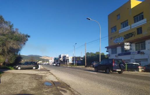 Operarios de mantenimiento del Consell de Mallorca han limpiado el arcén de la carretera del polígono de Can Valero.