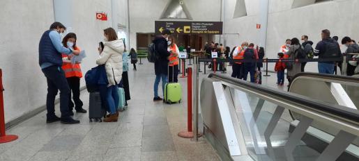 Control de comprobación de los resultados de las PCR de los viajeros en el aeropuerto de Palma.