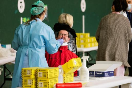 Una personas se somete a una prueba PCR durante un cribado masivo.