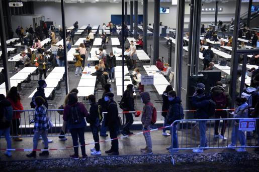 Alumnos siguiendo las normas sanitarias para entrar en un centro de Suiza.
