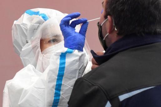 Una sanitaria toma una muestra a durante un cribado masivo.