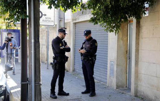 Dos policías nacionales en la barriada palmesana de La Vileta.