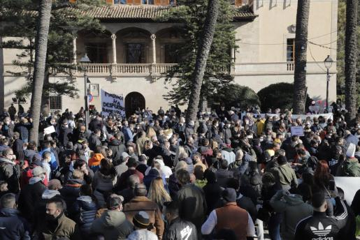 Momento de la manifestación de este martes ante el Consolat.
