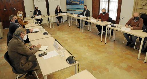 Reunión del Govern con los representantes de los hoteleros y sindicatos.