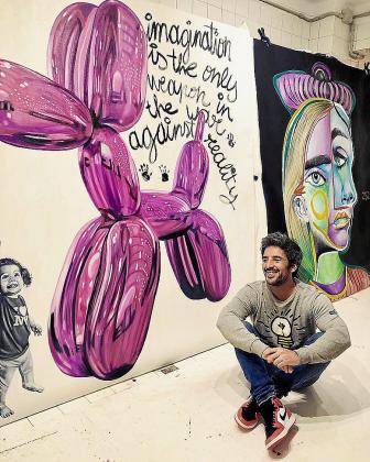 El artista mallorquín posa junto a dos de sus pinturas más icónicas.