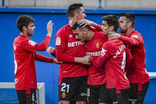 Los jugadores del Mallorca felicitan a Antonio Sánchez tras marcar.
