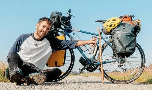 Miquel Sorell llevó en una bicicleta con alforjas casi 30 kilos de peso. Afirma no tener miedo a los cambios y que es importante tener objetivos: «El viajero aún tiene sueños».