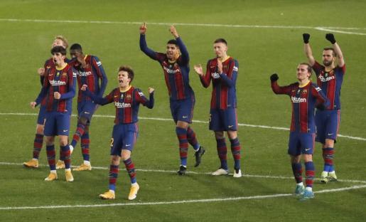 Los jugadores del Barcelona celebrando su pase a la final.