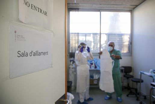 Sanitarios, en una sala, preparados para atender a pacientes para pruebas de coronavirus.