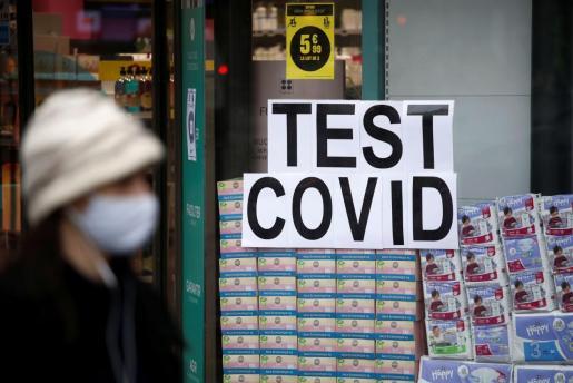 Una anuncio de test de COVID-19 en una farmacia de París.