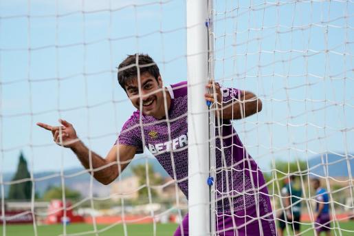 Imagen del delantero Abdón Prats bromeando durante un entrenamiento en Son Bibiloni.