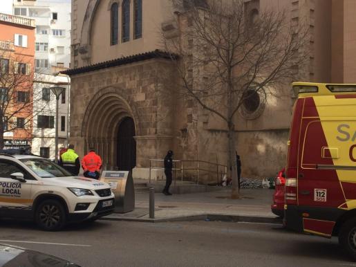La Policía Local y los médicos de una ambulancia, junto al 'sin techo'.
