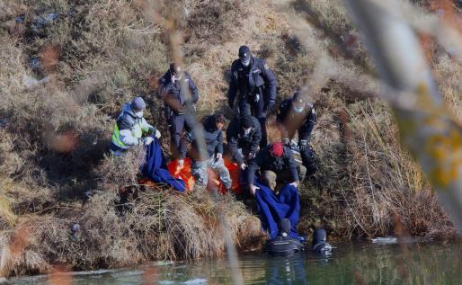 Los equipos de rescate tras localizar sin vida este viernes a una mujer de unos 40 años, vecina de Aranda de Duero (Burgos), que despareció el pasado miércoles cuando salió a pasear con su mascota, un perro que también fue encontrado muerto.