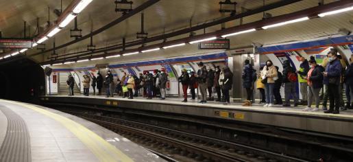 Varias personas en el Metro de Madrid.