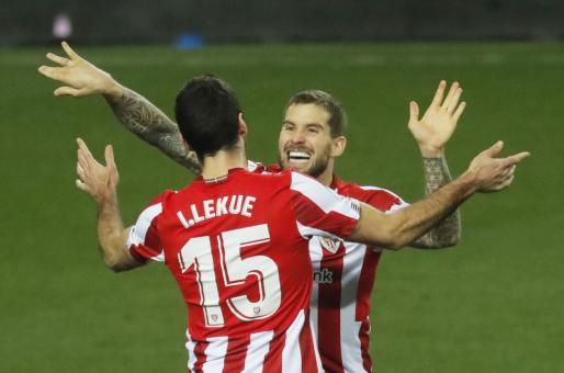 Iñigo Martinez y Lekue festejan el triunfo de su equipo ante el Real Madrid.