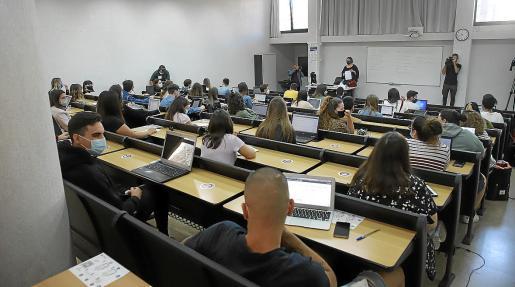 Un aula con estudiantes en el inicio del curso universitario.