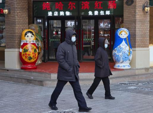 Ciudadanos chinos con mascarillas para protegerse de la COVID-19.