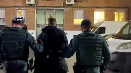 Agentes de la Guardia Civil han detenido en la noche de este viernes al hombre de 26 años con numerosos antecedentes que supuestamente arrojó ácido a dos mujeres.