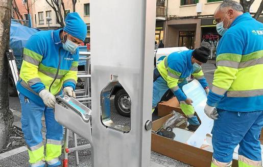 Operarios de Emaya instalaron esta semana una nueva fuente de agua en la plaza de Santa Pagesa.