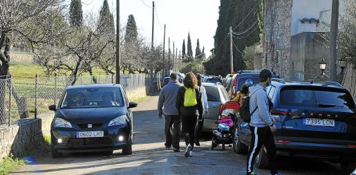 La inmediaciones de ses Fonts Ufanes se llenaron de coches que provocaron dificultades en el tráfico.