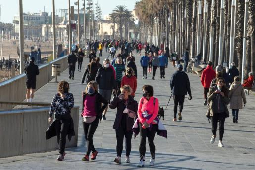Numerosas personas pasean y practican deporte en la playa de Somorrostro este pasado sábado, momento en el que la tercera ola de la epidemia de COVID sigue aumentando en Cataluña.