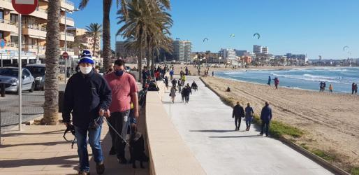 Muchas personas se han animado a salir a pasear este domingo debido al buen tiempo.