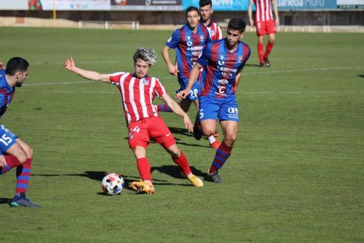 Lance del partido disputado entre el Poblense y el Atlético de Madrid B en el Municipal de sa Pobla.