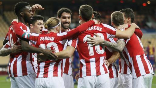 Los jugadores del Ahtletic celebran el primer gol del equipo vasco.