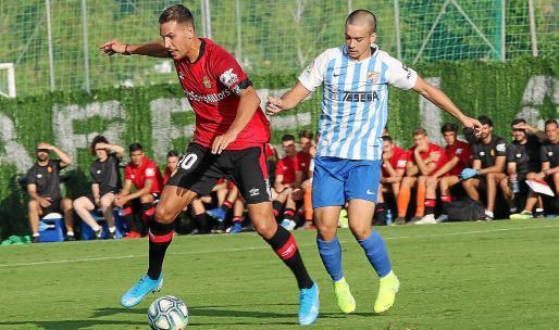 Alegría controla el balón durante el amistoso entre Mallorca y Málaga en pretemporada.