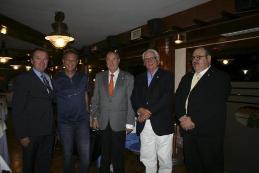 Joan González, Miguel Salamanca, Francisco Borrás y Amador Magraner con el entrenador del Real Mallorca, Joaquín Caparrós, que cenaba en el restaurante.