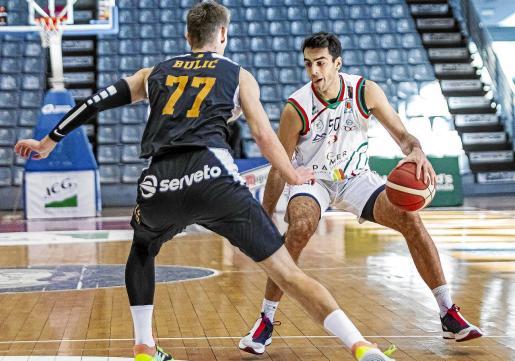 El ala-pivot del Palmer, Jacobo Díaz, intenta superar la defensa del jugador del ICG Força Lleida Mirza Bulic.