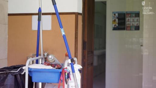 Servicio de limpieza en los centros escolares de Baleares.