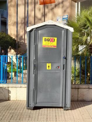 Imagen de uno de los baños instalados en la calle Menorca.