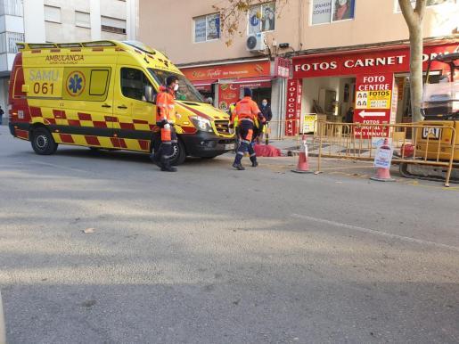 Personal sanitario del SAMU-061 atendiendo al trabajador herido.