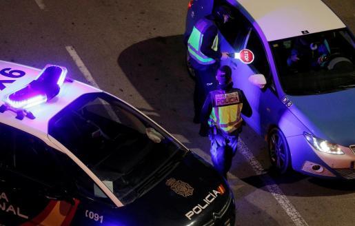 Una patrulla de la Policía Nacional realiza un control nocturno.