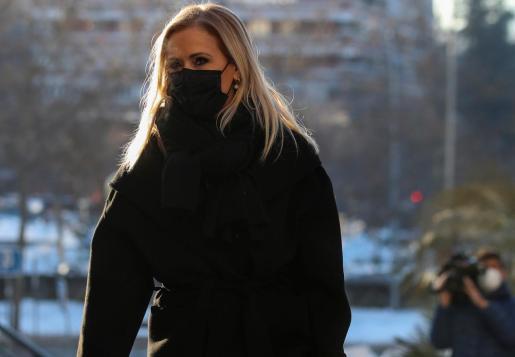 La ex presidenta de la Comunidad de Madrid Cristina Cifuentes llega este lunes a la Audiencia Provincial de Madrid para asistir a la primera sesión de su juicio como presunta inductora de la falsificación del acta que acredita que había defendido su máster, unos hechos por los que la Fiscalía pide para ella tres años y tres meses de cárcel.