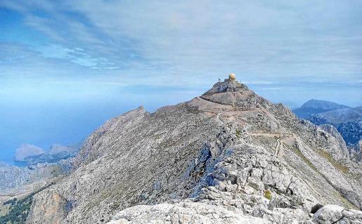 En la imagen, tomada desde el Penyal del Migdia, el radar y parte de la carretera. A su izquierda, el Morro d'en Pelut.