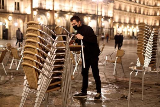 Bares de Salamanca recogiendo la terraza ante el nuevo horario del toque de queda en Castilla y León.