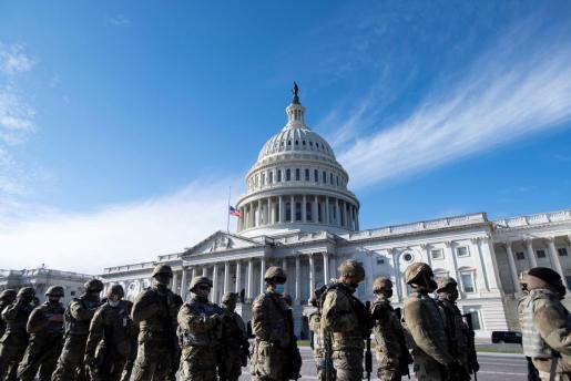 Miembros de la Guardia Nacional frente al Capitolio.