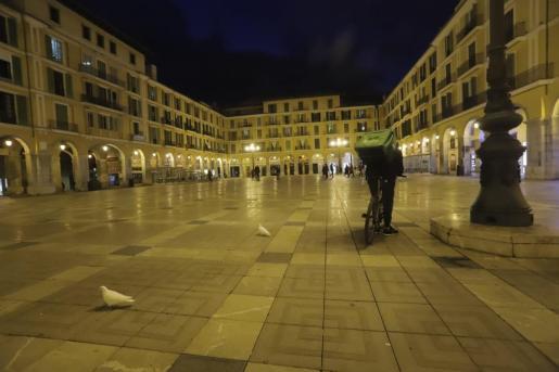 A la hora que hubiese dado comienzo la 'revetla' la plaza Mayor estaba vacía.