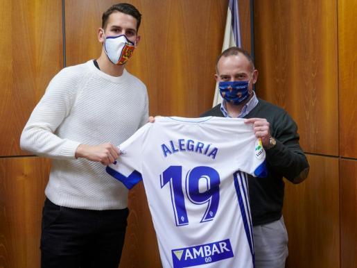 Alegría posa con la camiseta del Zaragoza.