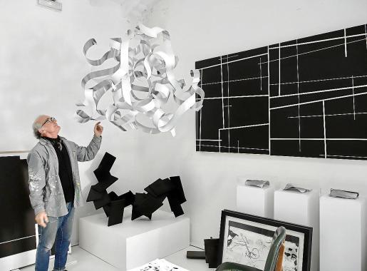 Fabré con la pieza 'Nube modernista', que ha creado especialmente para Can Prunera.