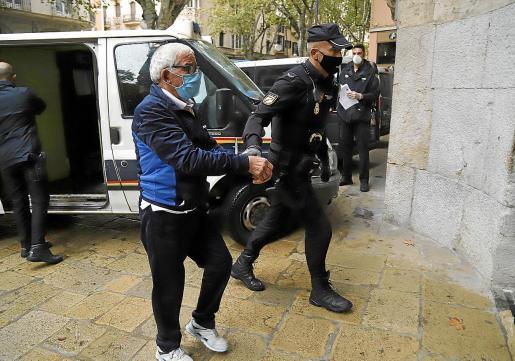 Antonio Silva a su llegada a la Audiencia , donde fue juzgado por un jurado popular.
