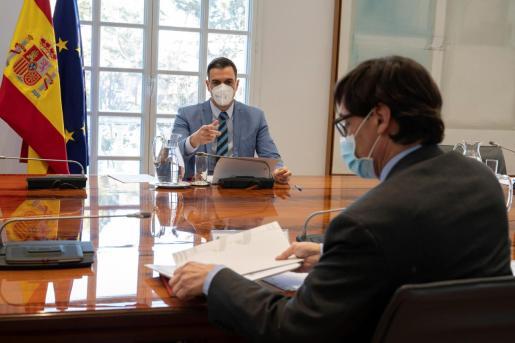 El presidente del Gobierno, Pedro Sánchez (i), junto con el ministro de Sanidad, Salvador Illa (d), en una imagen tomada el pasado lunes durante una reunión de seguimiento de la pandemia.
