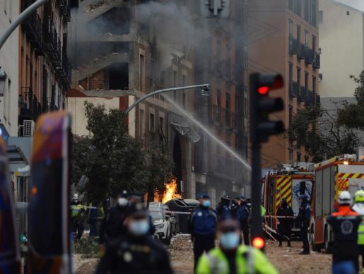 Efectivos de Bomberos, Policía y equipos de emergencias trabajan en la calle Toledo de Madrid, en el lugar en el que dos personas han muerto tras la explosión que ha provocado el derrumbe de parte de un edificio de seis plantas en el centro de Madrid.