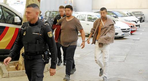 Los dos procesados, el día que pasaron a disposición judicial en el juzgado de guardia de Vía Alemania.