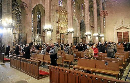 Imagen de los fieles que asistieron en la Seu a la misa en honor al patrón de Palma, Sant Sebastià.             FOTO:PERE BOTA