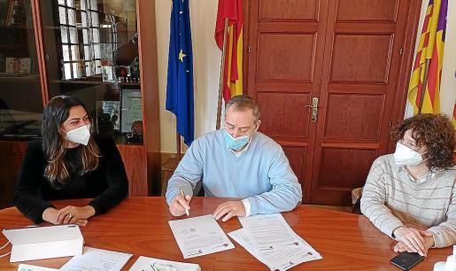 Andrea Pomar, Carlos Simarro y María Caro participaron en la firma.