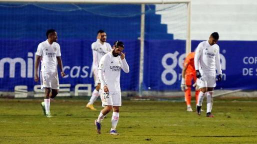 Los jugadores del Real Madrid tras encajar el gol conseguido por Jose Solbes, del Alcoyano, durante el partido de dieciseisavos de final de la Copa del Rey que Alcoyano y Real Madrid juegan este miércoles en el estadio El Collao, en Alcoy.