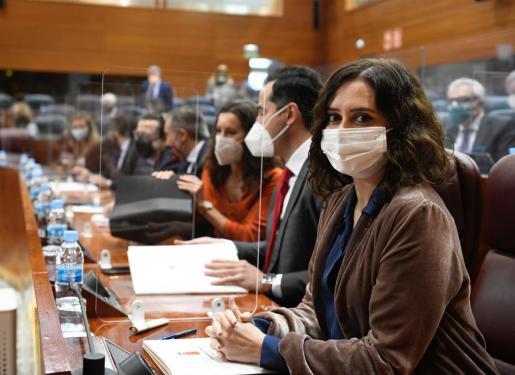 La presidenta de la Comunidad de Madrid, Isabel Díaz Ayuso (d), y el vicepresidente de la región, Ignacio Aguado (2d), asisten al pleno monográfico que se celebra este jueves en la Asamblea de Madrid sobre la gestión de la pandemia del coronavirus y la campaña de vacunación en la Comunidad.